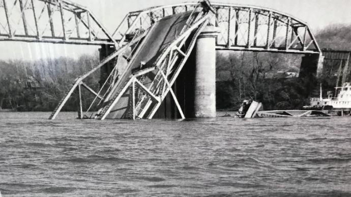 モスマンが最後に目撃された次の日にシルバー・ブリッジが崩壊